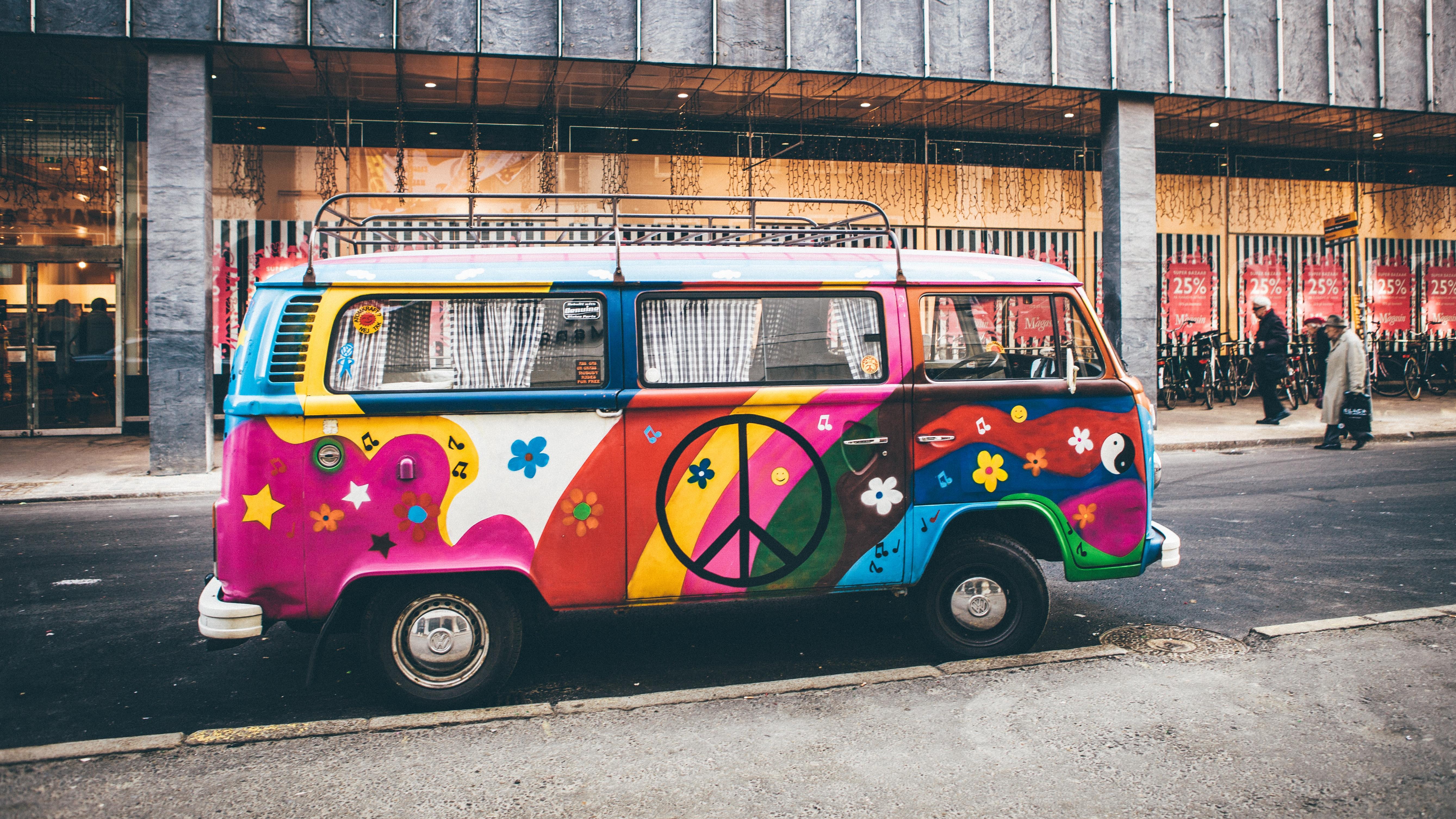 Die Hippie-Bewegung verkörperte Freiheit und wollte mit schrillen und bunten Farben auffallen.