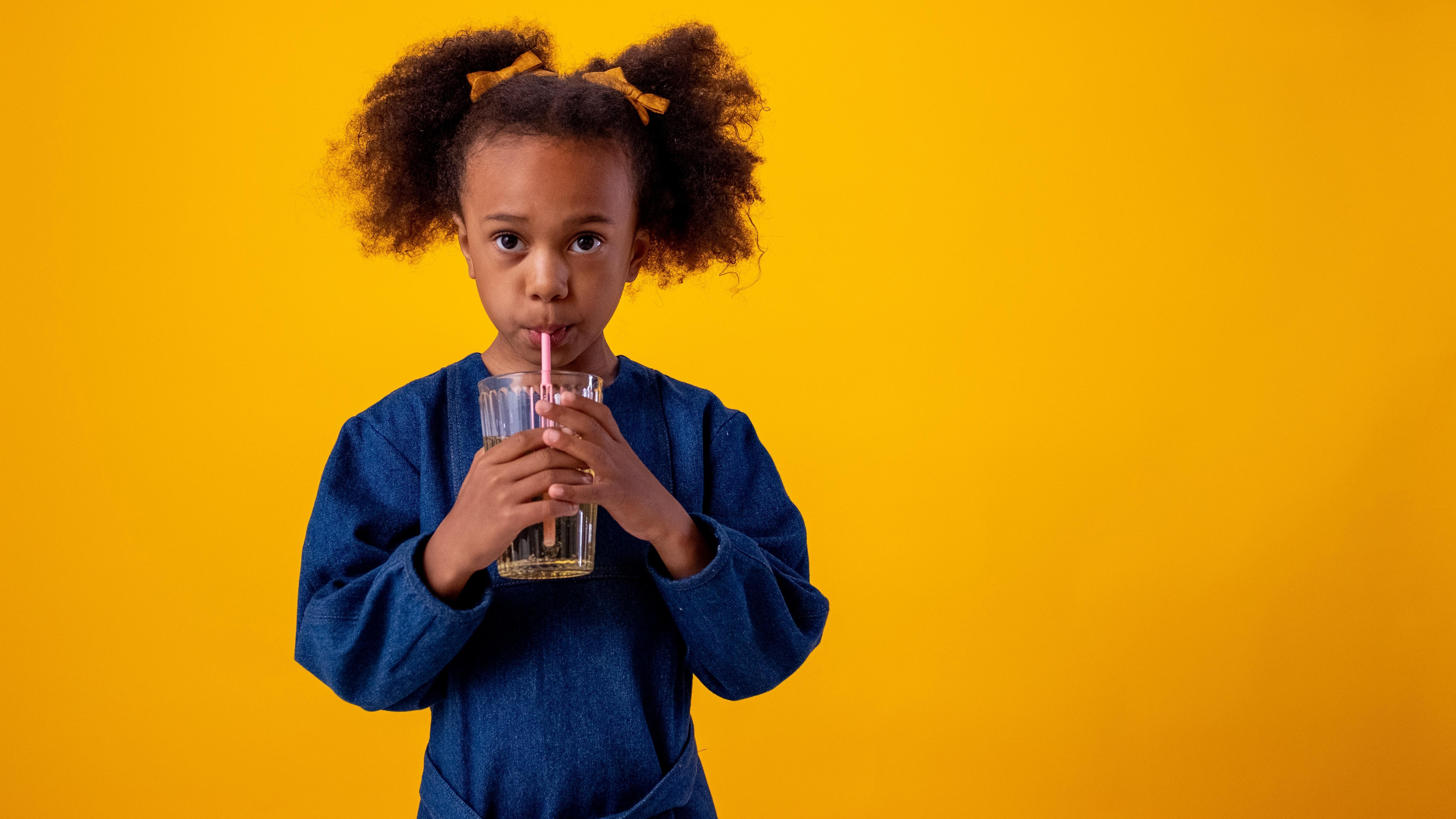 Wie viel sollte ein Kind trinken? Flüssigkeitsbedarf nach Altersstufen