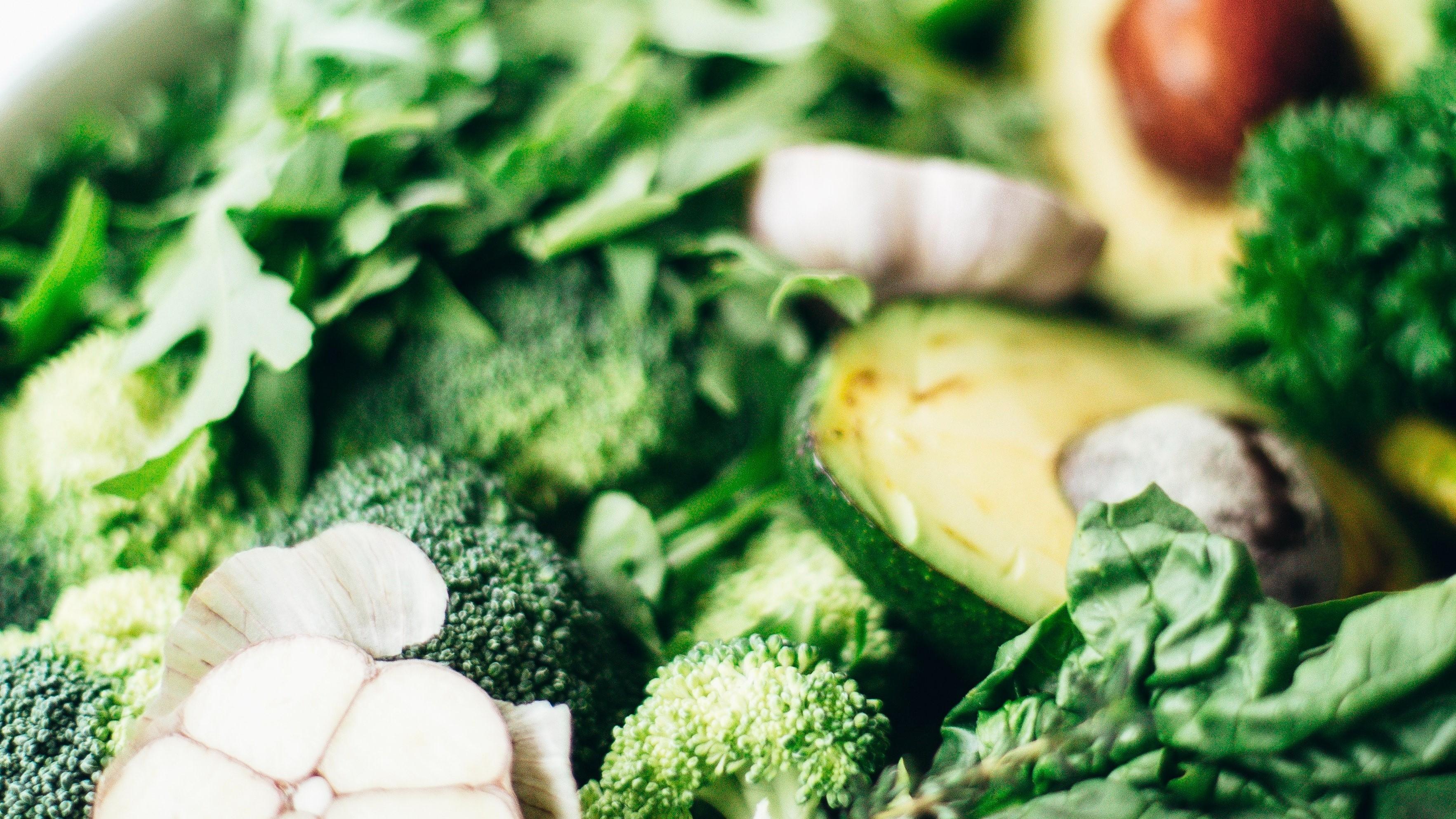 Eine gesunde Ernährung ist genauso wichtig wie Sport, um Bauchfett loszuwerden. Gesunde Fette spielen dabei eine große Rolle - etwa in Form von Avocados.