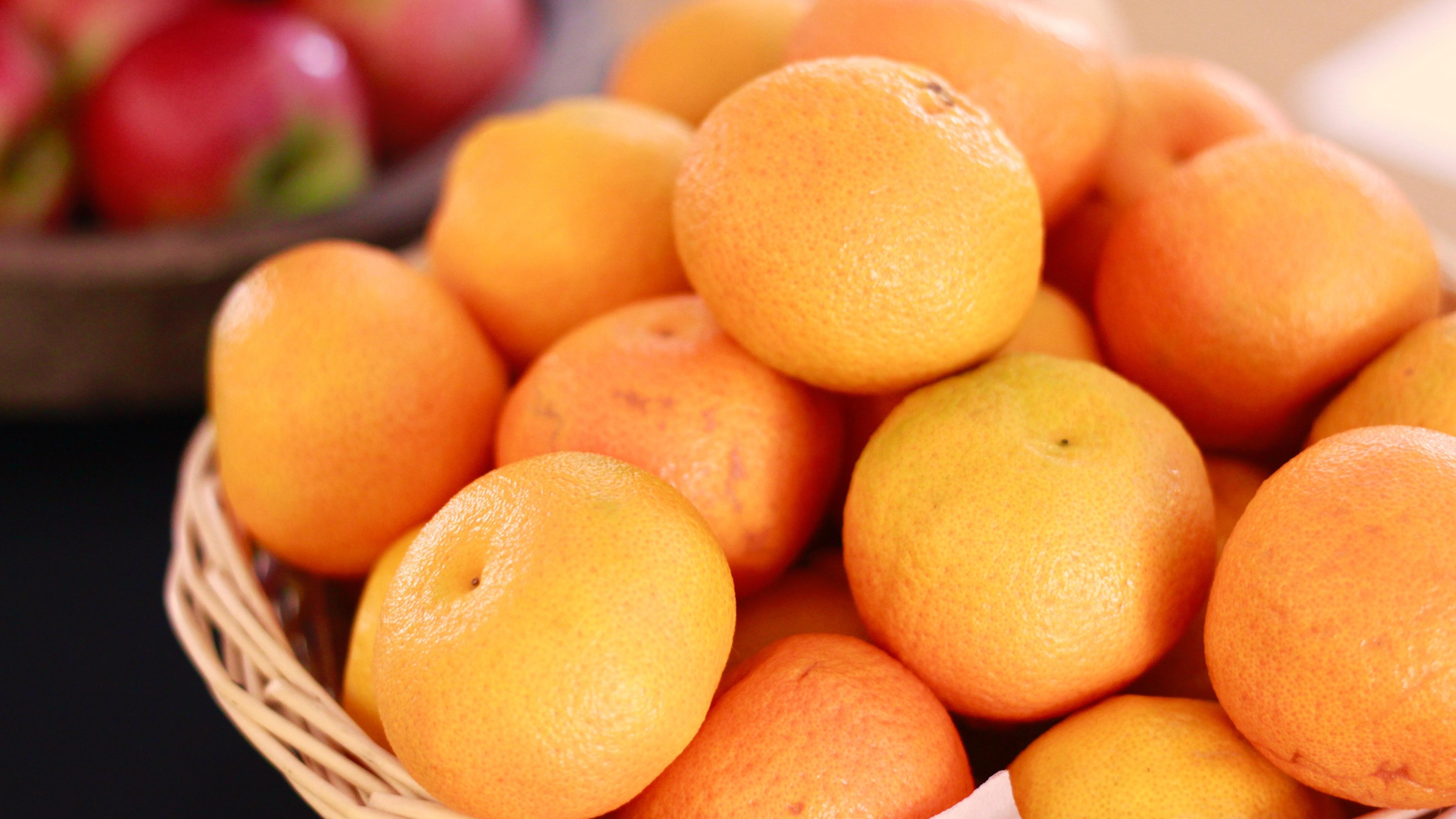 Weil sie im Kühlschrank ihren Geschmack verlieren, sollten Orangen beispielsweise in einem Obstkorb gelagert werden. Dabei ist jedoch wichtig, dass sie von anderen Früchten wie Äpfeln getrennt werden.