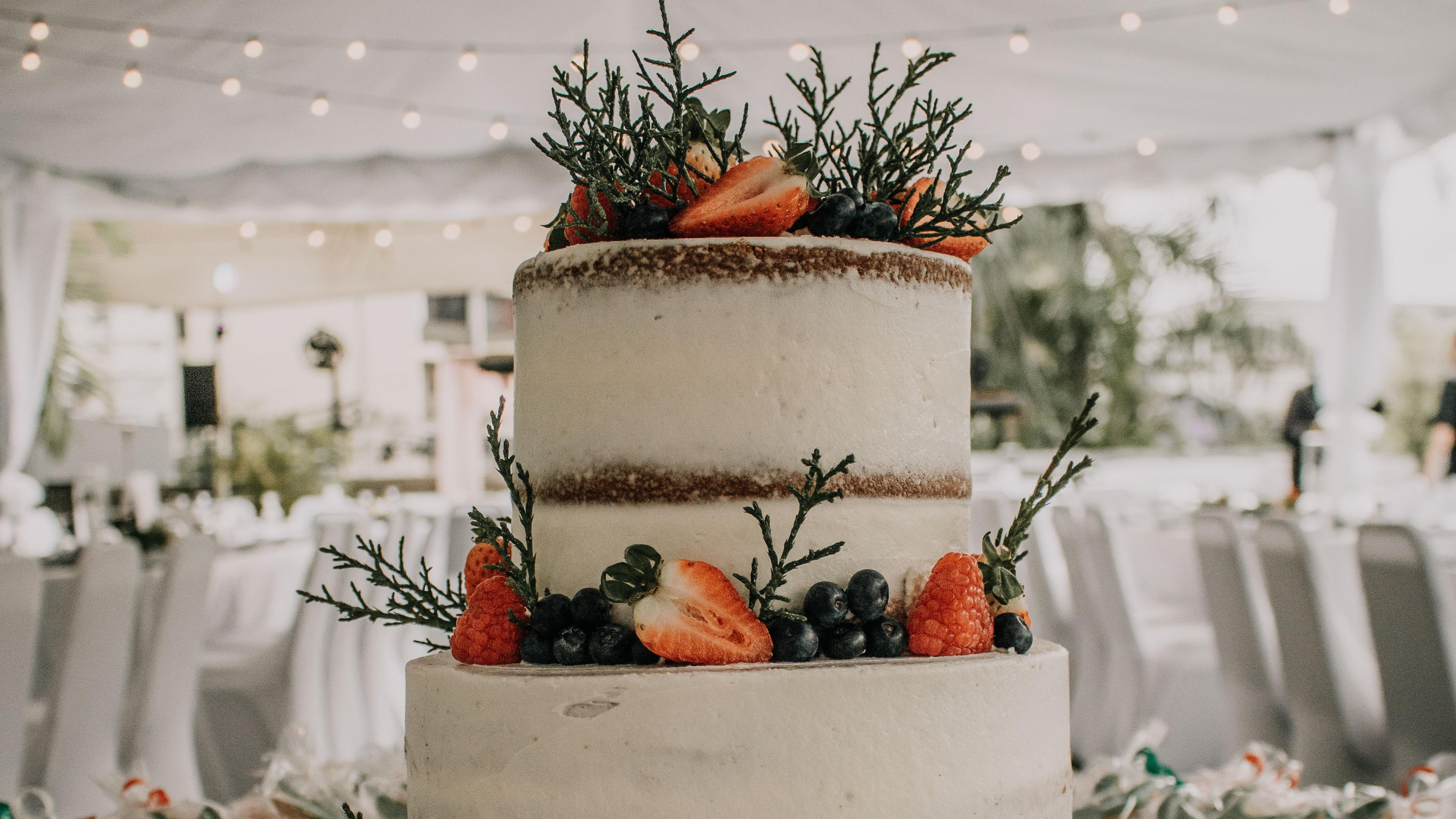 Eine schöne Hochzeitstorte selber zu machen ist nicht schwer.