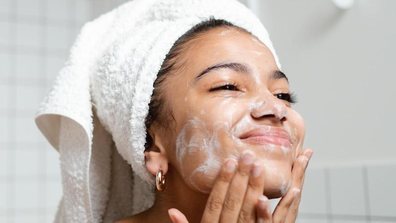 Gesicht richtig reinigen: Die 5 wichtigsten Pflegetipps
