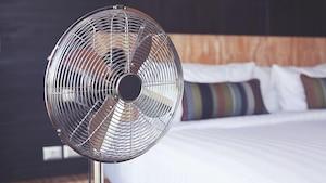 Ein Ventilator kann das Einschlafen in einem heißen Schlafzimmer leichter machen.