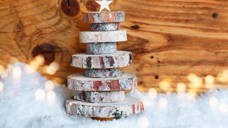 Mit Baumscheiben basteln Sie tolle DIY-Dekorationen.