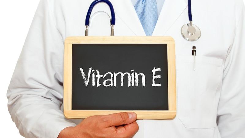 Anstatt Vitamin-E-Öl äußerlich auf Gesicht und Haaren anzuwenden, sollten Sie es lieber im Rahmen einer augewogenen Ernährung innerlich zuführen.