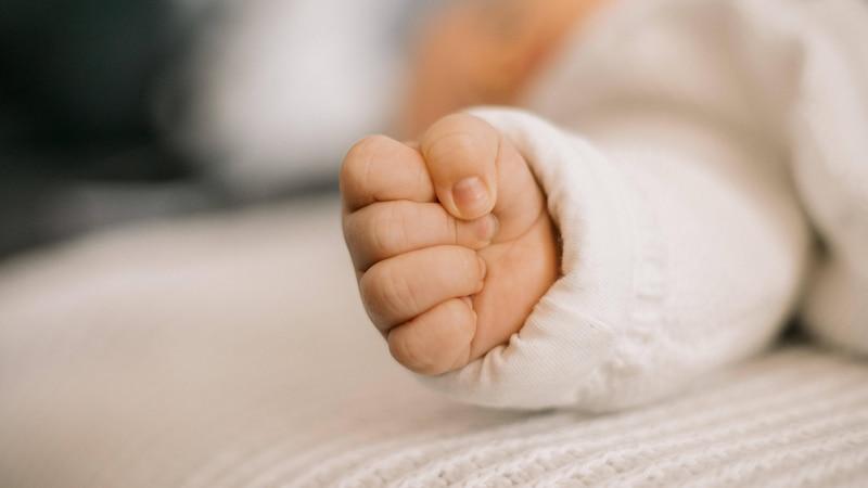 Ab wann Sie dem Baby die Fingernägel schneiden dürfen