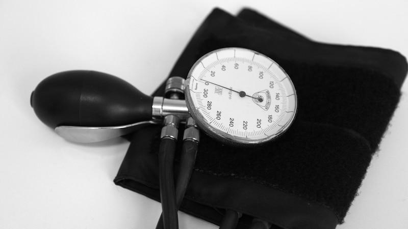 Ein manuelles Blutdruckmessgerät kann helfen, wenn Sie ihre Autotür ohne Schlüssel öffnen müssen