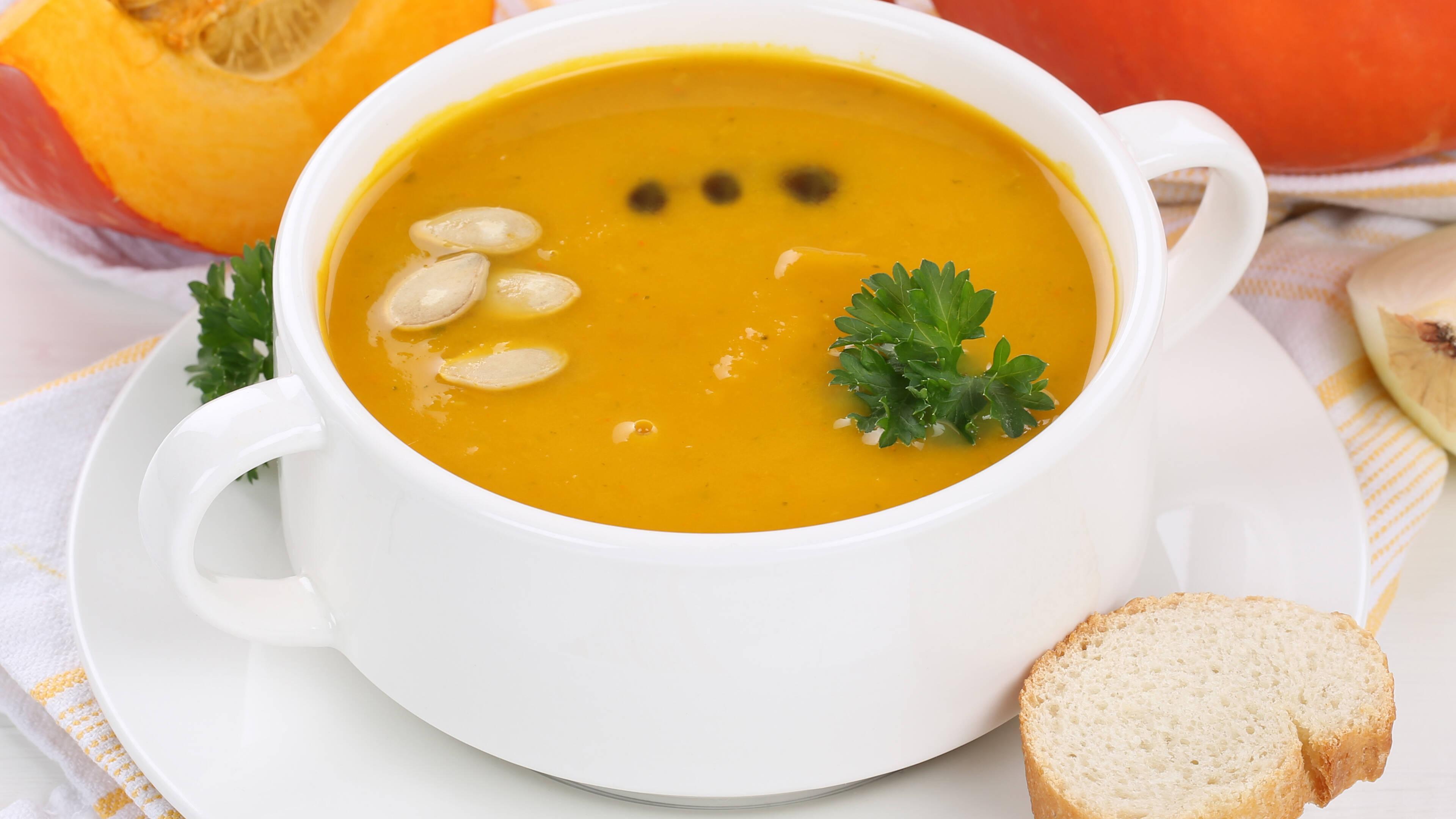Kürbissuppe mit Ingwer: So bereiten Sie ein leckeres Rezept zu