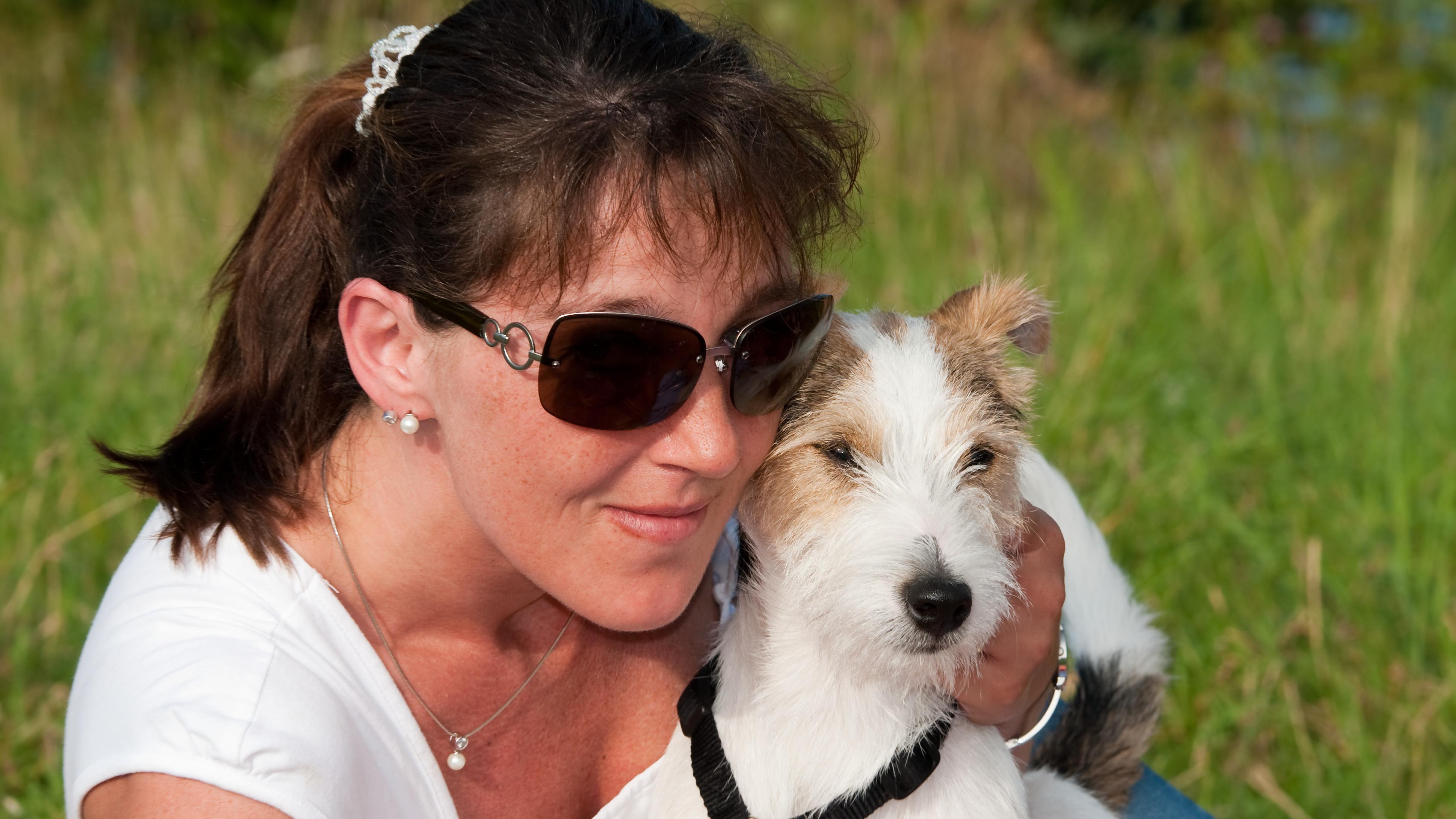 Zu den übertragbaren Krankheiten vom Hund auf den Menschen zählen zum Beispiel Tollwut oder Krätze.