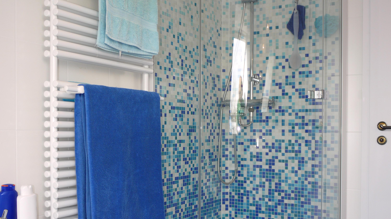 Schiebetür der Duschkabine reinigen: So geht's richtig