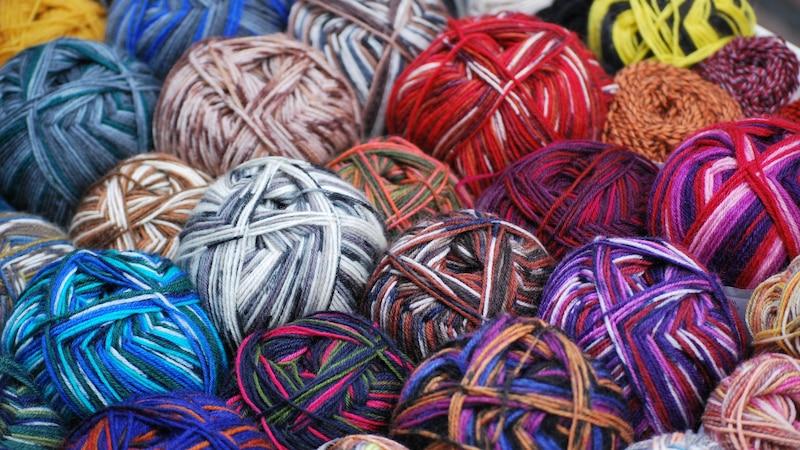 Mit hübscher Baumwolle können Sie ganz einfach selber einen Teppich häkeln.