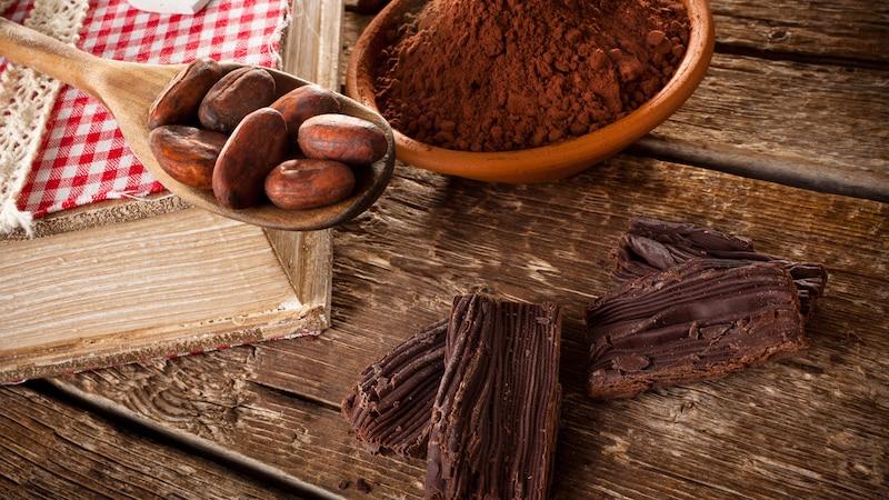 Kakaobutter besteht aus dem Fett der Kakaobohnen.
