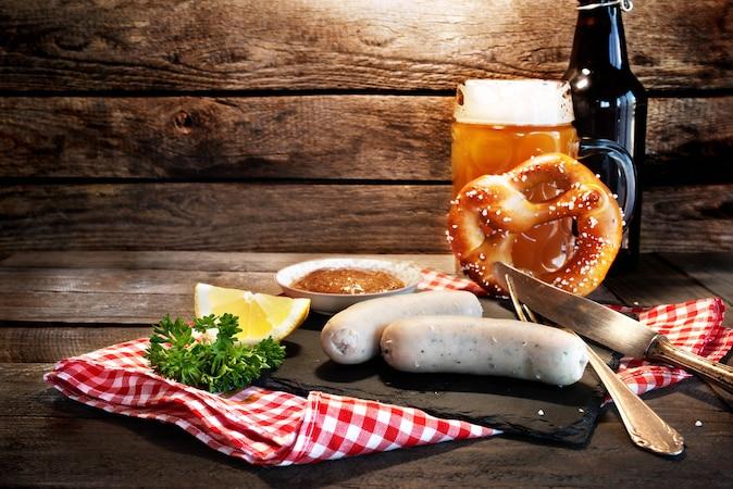 Wer eine Weißwurst essen möchte, sollte auch einmal ein echtes Weißwurstfrühstück ausprobieren.
