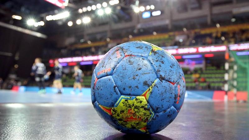 Das Harz von dem Handball zu entfernen ist mithilfe einiger Mittel einfach und schnell möglich.