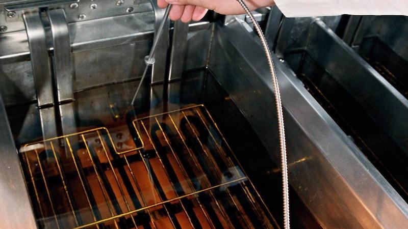 Beim Filtern von Frittieröl sollten Sie besonders vorsichtig sein.