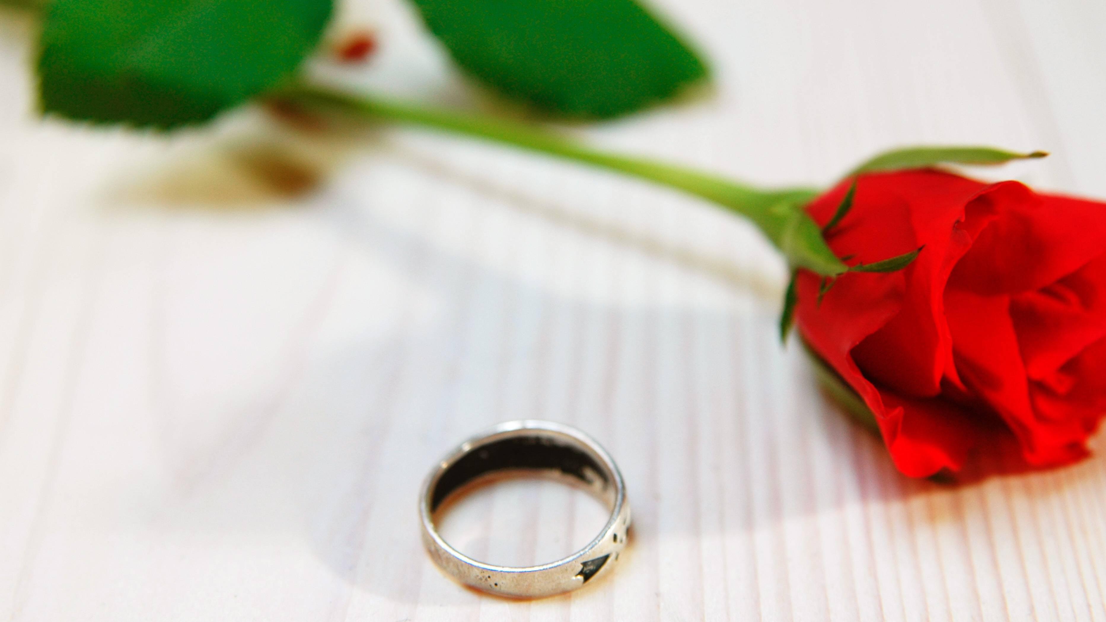 Der 10. Jahrestag der Hochzeit wird durch Rosen symbolisiert.