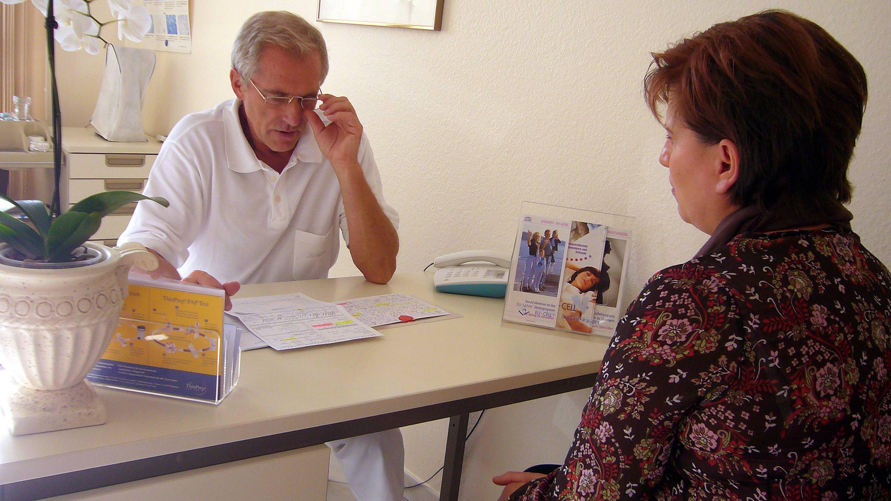 Bei Erbrechen und starken Begleitsymptomen durch Stress sollten Sie den Hausarzt aufsuchen.