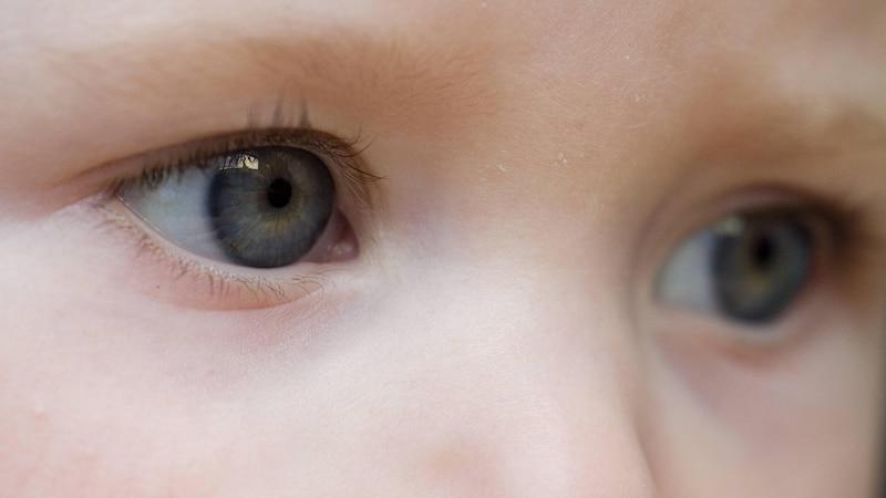 Baby verdreht Augen: Daran kann es liegen