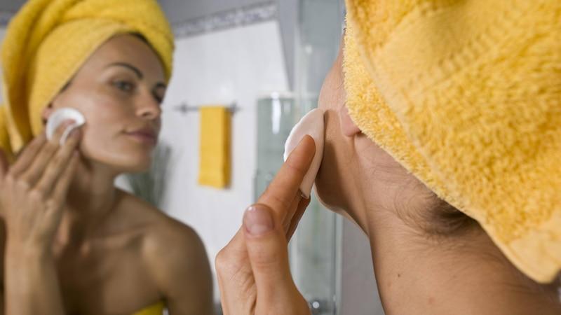 Um Rosenwasser gegen Pickel anzuwenden, tragen Sie es einfach als Gesichtswasser auf.