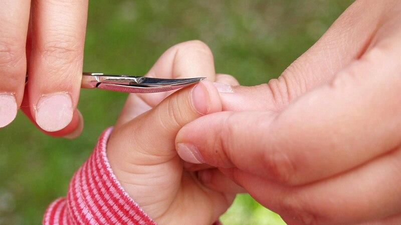 Ab wann man dem Baby die Nägel schneidet - etwa vier bis sechs Wochen nach Geburt.