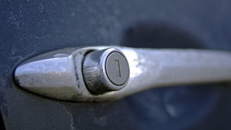Ist Ihre Autotür zugefroren, müssen Sie vorsichtig vorgehen