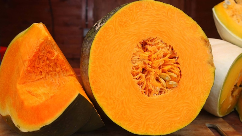 Kürbis enthält viele Vitamine und Spurenelemente – integrieren Sie das gesunde Gemüse im Herbst daher gerne öfters in Ihren Speiseplan.
