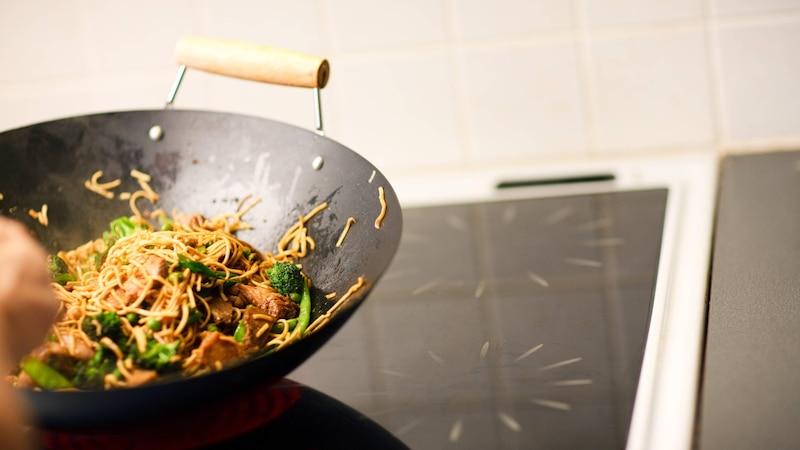 Wok Rezepte lassen sich einfach und schnell mit der Hoisin Sauce verfeinern