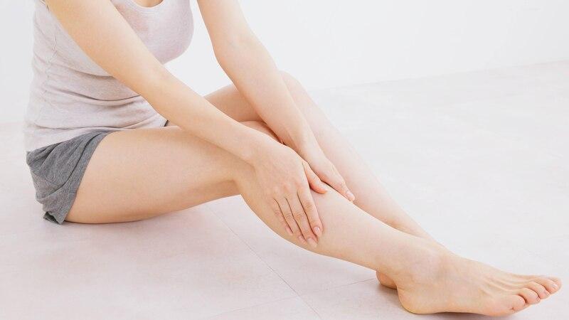 Apfelessig gegen geschwollene Beine: So wenden Sie ihn an
