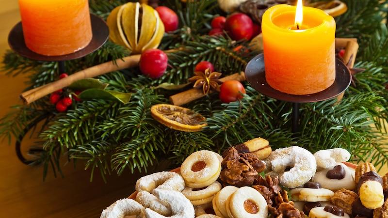 Mit jahreszeitlich passendem Schmuck können Sie Ihre Zimmertür schnell und einfach dekorieren. Dieser Weihnachtskranz wird nach dem Fest durch ein Frühlingsgesteck abgelöst.