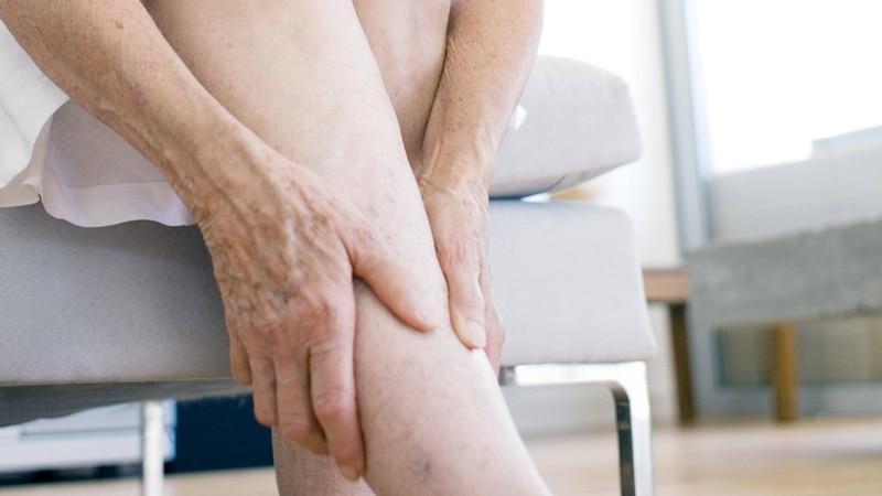 Apfelessig können Sie aufgrund seiner entwässernden Wirkung gut gegen geschwollene Beine anwenden.