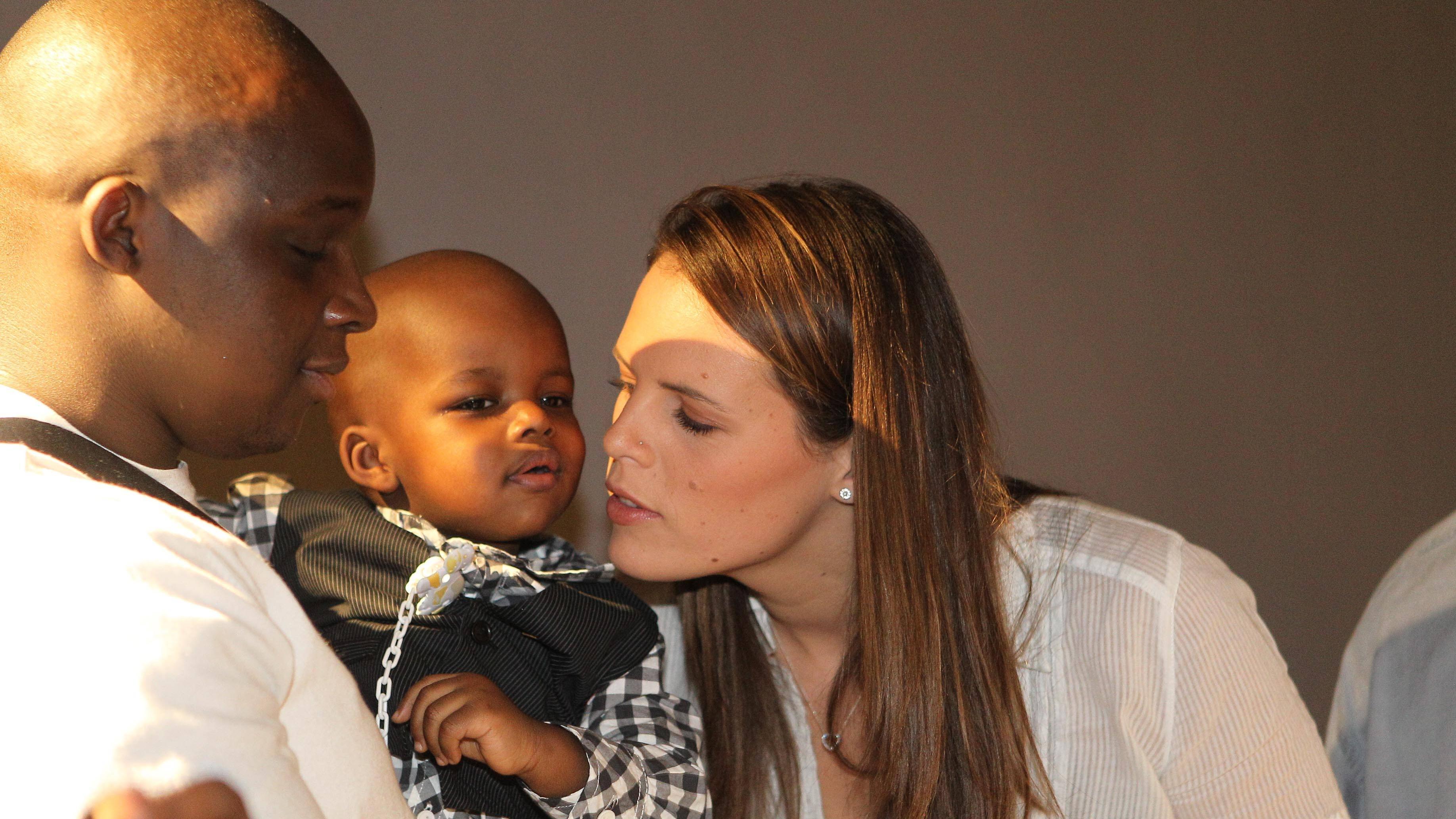 Wenn Ihr Baby bei Papa schreit, können Sie versuchen, es Stück für Stück an Ihre Nähe zu gewöhnen.