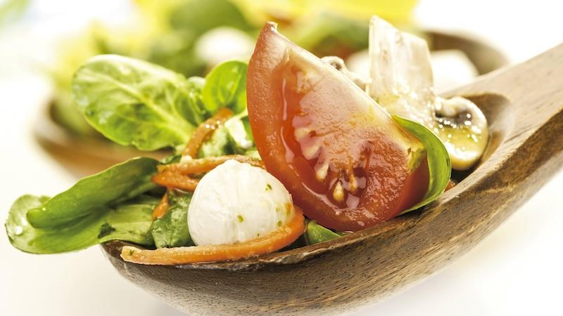 Wie viel Salat Sie pro Person Sie zubereiten, hängt davon ab, ob er als eine Hauptspeise oder Nachtisch zubereitet wird.