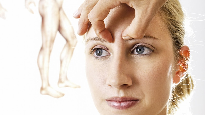 Die Punkte über den Augen und die beim Brustbein stellen eine Verbindung dar und helfen dem Körper, zu entspannen.