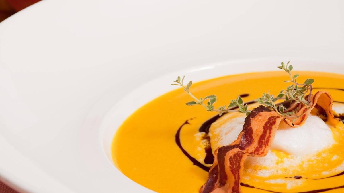 Auch auf einer Suppe macht sich das Kürbiskernöl gut.