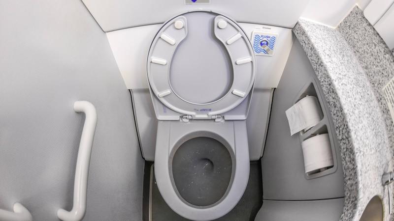 Im Flugzeug die Schuhe auszuziehen, sollte gut überdacht werden, da von der Toilette Fäkalien verschleppt werden.