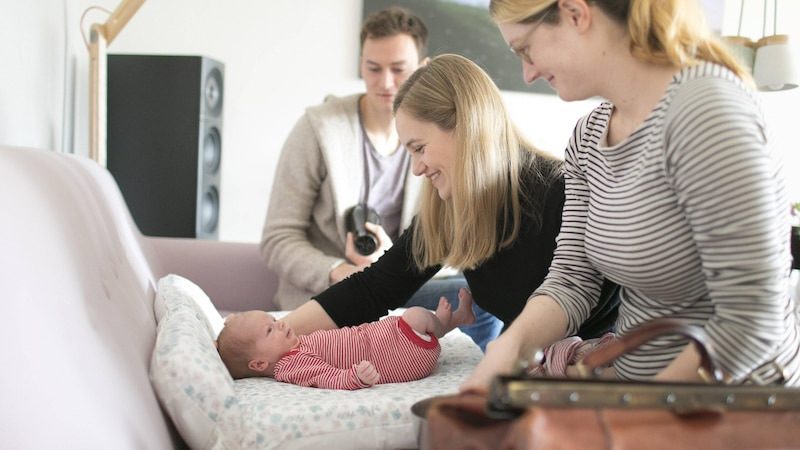 Nach der Geburt kommt die Hebamme zu Ihnen nach Hause und wiegt regelmäßig das Baby.