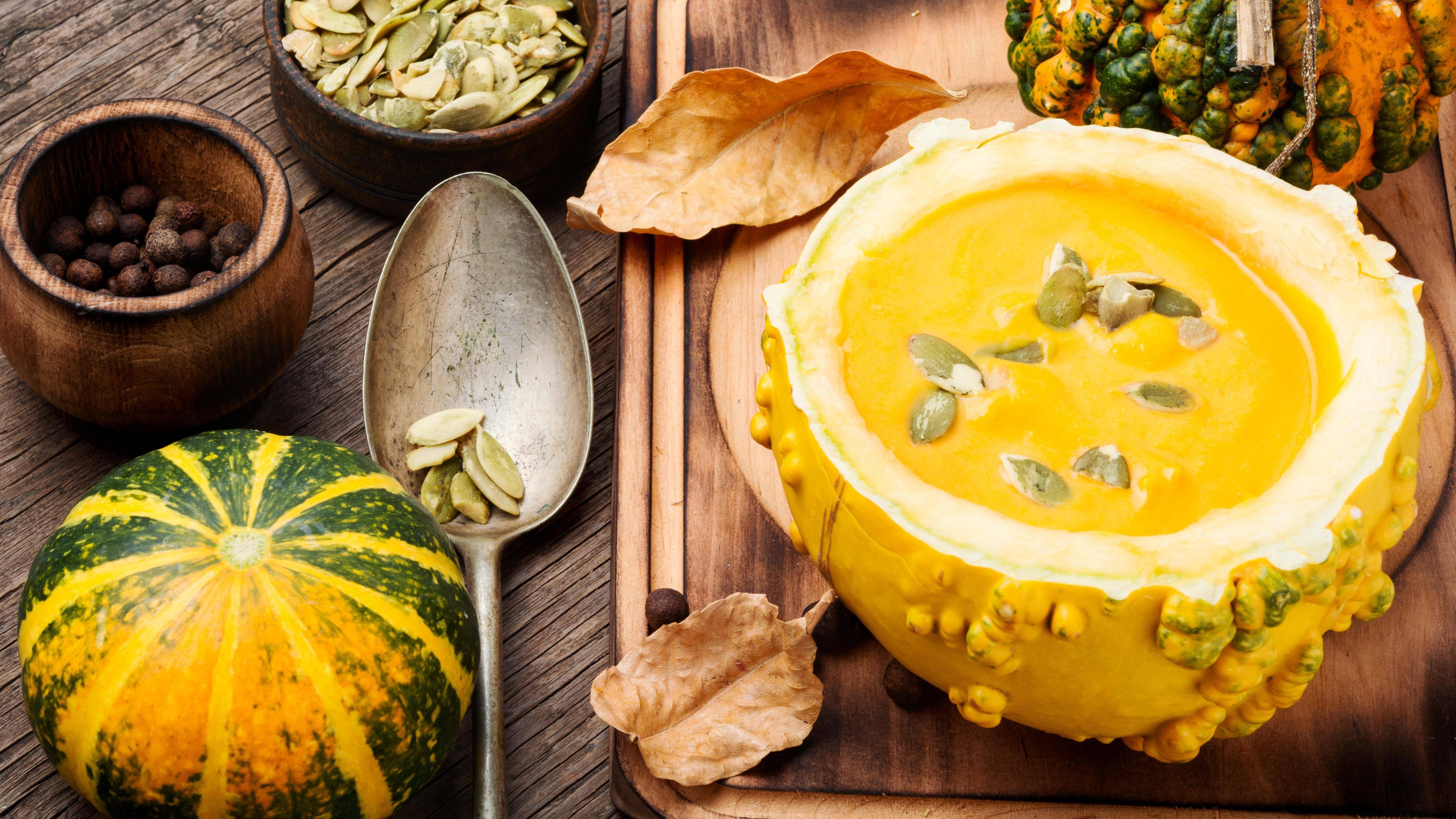Eine Kürbissuppe mit Kartoffeln eignet sich wunderbar für Gästebesuch im Herbst.