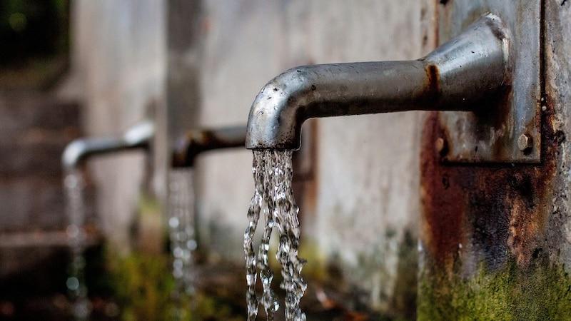 Als Brunnenbauerin stellen Sie die Wasserversorgung sicher.