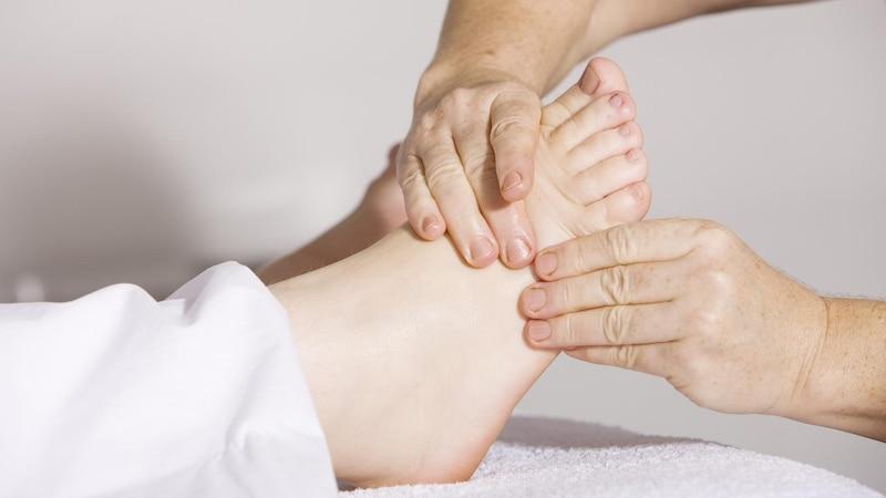 Bei einer Fußreflexzonenmassage werden die einzelnen Druckpunkte intensiv bearbeitet.