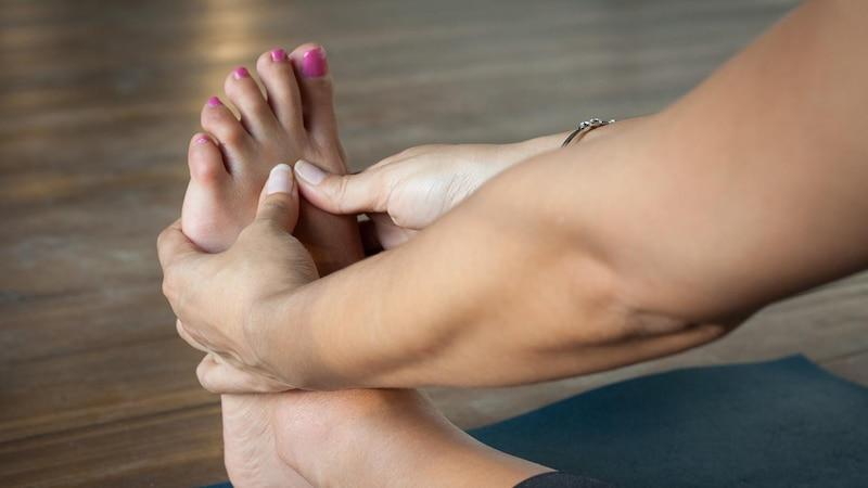 Hausmittel helfen bei geschwollenen Füßen.