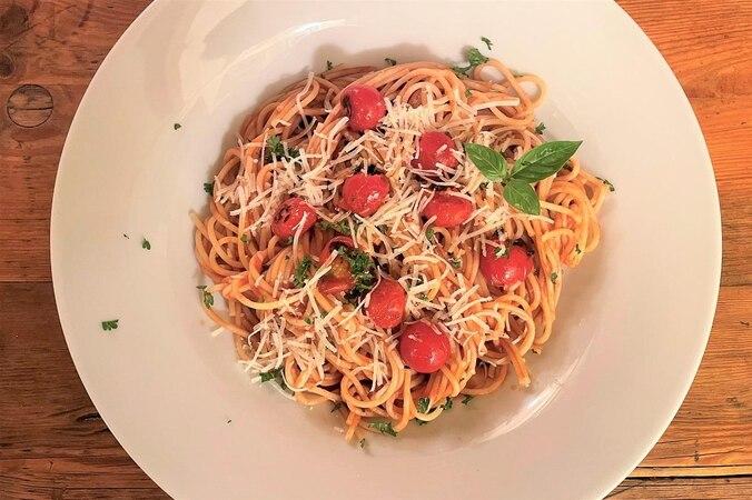 Nudeln mit Tomatensauce schmeckt der ganzen Familie