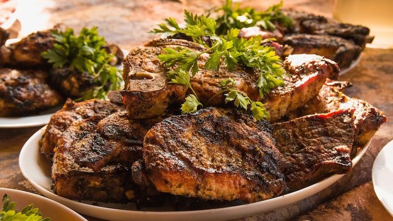 Viele Menschen essen jeden Tag Fleisch – dabei gibt es einige gute Gründe, das nicht zu tun.