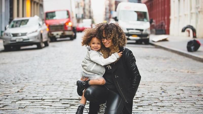 Vor allem der Aspekt Kindererziehung wirkt sich auf die Altersvorsorge für viele Frauen aus.