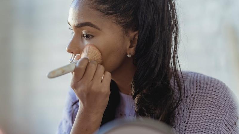 Um Ihre Narben mit Make-Up optimal zu verstecken, verblenden Sie das Produkt mit einem Pinsel.