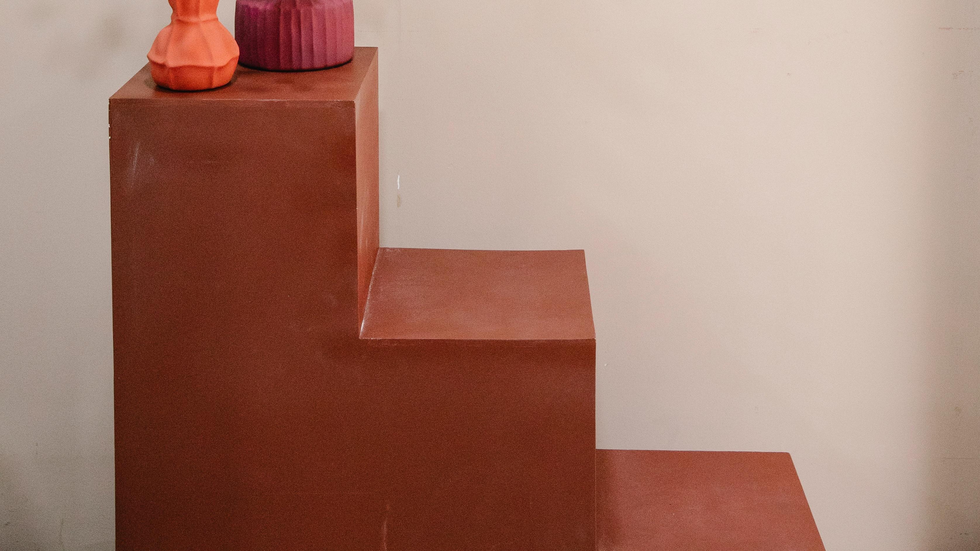 Ein Stufenregal ist eine sehr gute Lösung, um den Stauraum in einer Dachschräge sinnvoll zu nutzen.