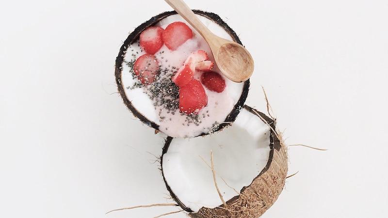 Kokosjoghurt schmeckt nicht nur köstlich, er weist zusätzlich noch einige gesunde Eigenschaften auf.