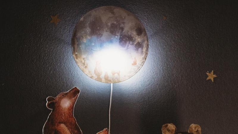 Nachttischlampen für Kinder gibt es viele – wie wäre es beispielsweise mit einem Mond für die nächtliche Beleuchtung?