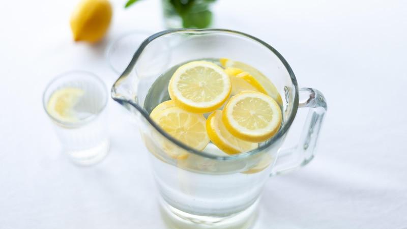 Sie möchten Wasser trinken, um gegen Pickel anzukämpfen - aber der Geschmack ist Ihnen zu fad? Etwas Zitrone peppt das Glas Wasser auf und wirkt zugleich entgiftend.