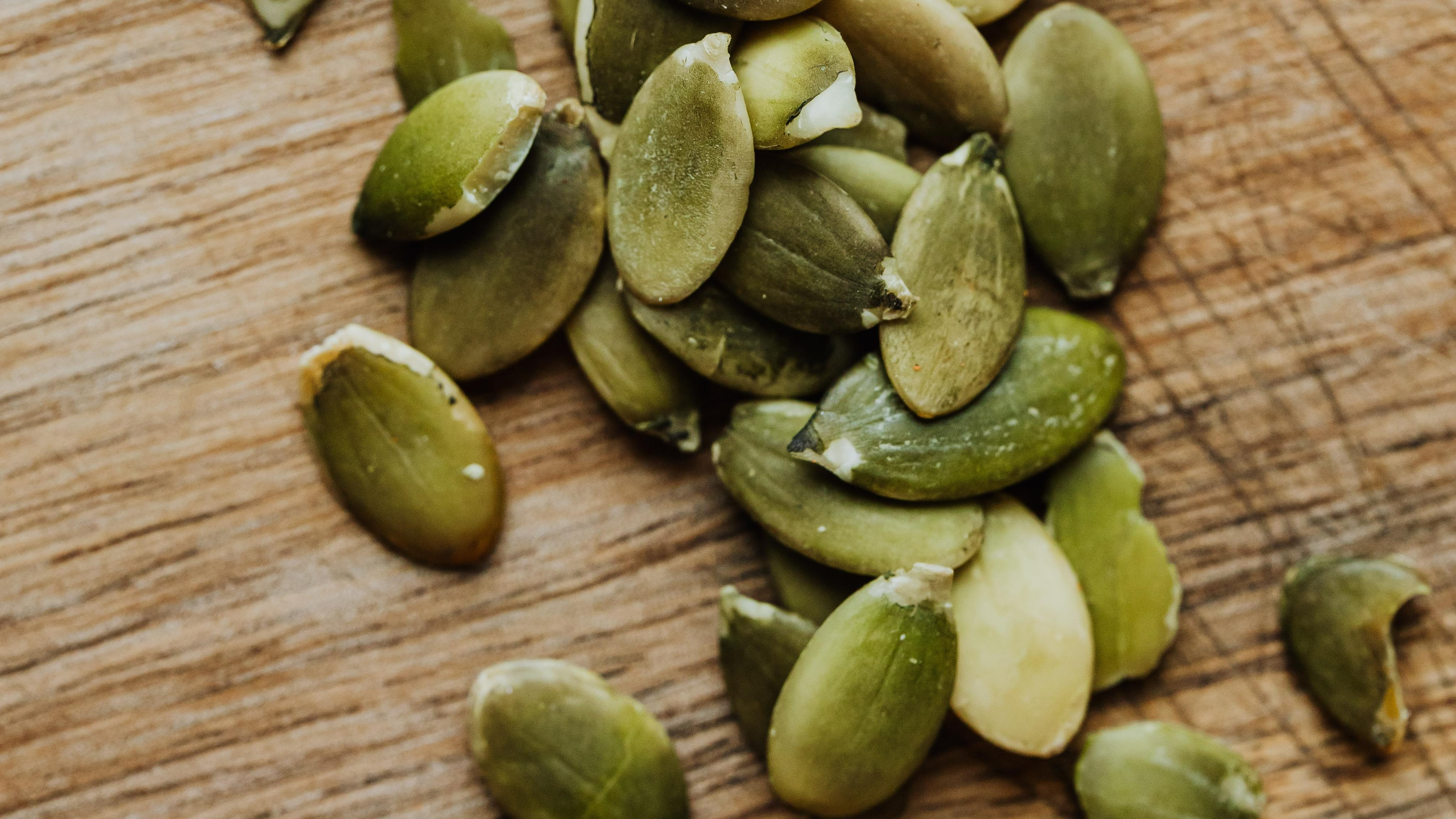 Kürbiskerne sind sehr gesund, weil Sie viele Vitamine und Spurenelemente enthalten, die für unseren Organismus wichtig sind.