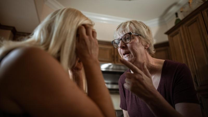 Wenn die Schwiegereltern nerven, kann es schnell zu Streit kommen.